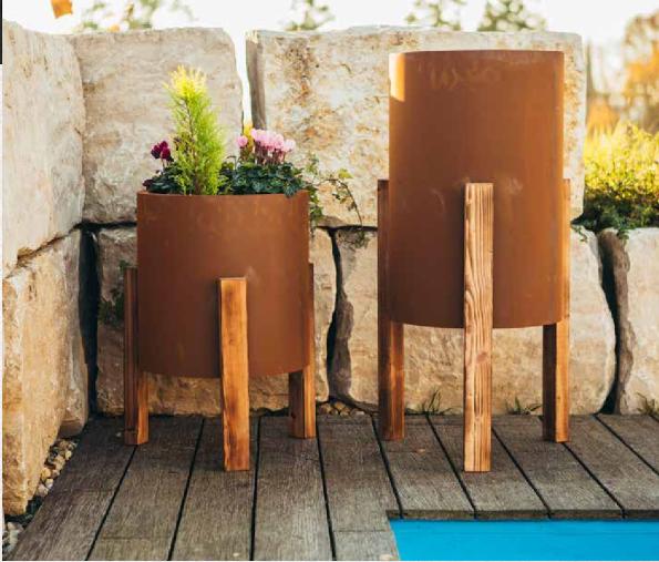Edelrost Planter vereint mit Natur Holz